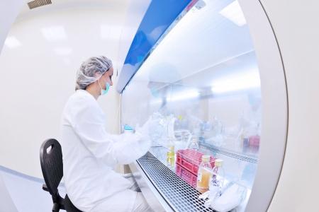 microbiologia: Grupo de cient?cos que trabajan en el laboratorio