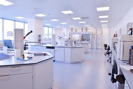 laboratorio: m�dica y sanitaria brillante laboratorio con tubos de ensayo indoor instrumentos Foto de archivo