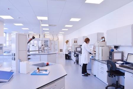bata de laboratorio: grupo de científicos que trabaja en el laboratorio Foto de archivo