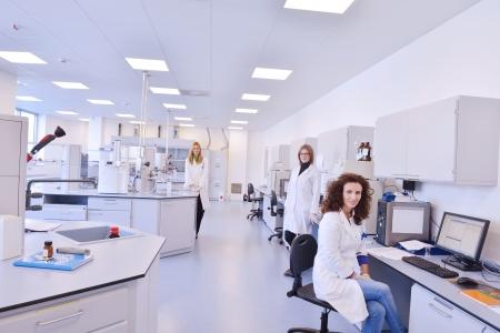 estudiantes medicina: grupo de cient�ficos trabaja en el laboratorio Foto de archivo
