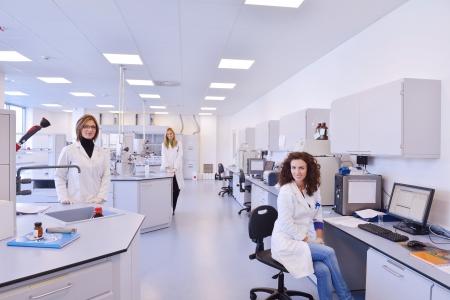 laboratorio: grupo de cient�ficos que trabaja en el laboratorio Foto de archivo