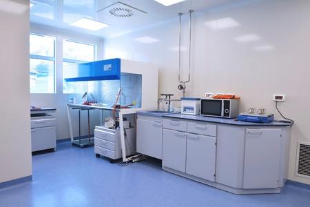 Medizin und Gesundheit hellen labor Innen mit Instrumenten Reagenzgläsern