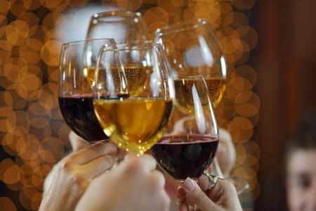 saúde: Celebration. Mãos segurando as taças de champanhe e vinho fazem um brinde. Banco de Imagens