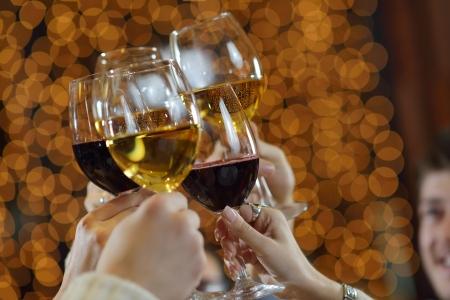 Celebración. Manos que sostienen las copas de champán y el vino hacen una tostada.