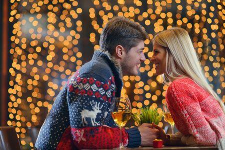 diner romantique: Le jeune homme donne un cadeau � la fille de bague de mariage au restaurant