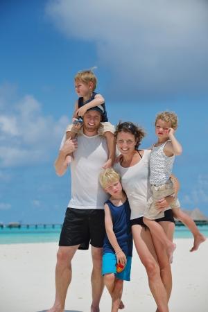 Retrato de una familia feliz en vacaciones de verano en la playa photo