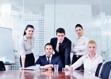 formacion empresarial: Grupo de los felices j�venes empresarios en una reuni�n en la oficina Foto de archivo