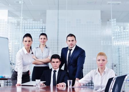retrato de grupo de equipo de gente de negocios en la oficina moderna brillante