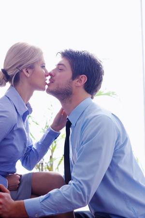 la gente de negocios en el amor tienen tiempo romántico en el lugar de trabajo Foto de archivo