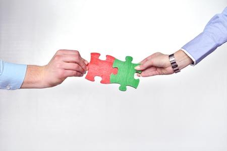 Un groupe de gens d'affaires assemblage du puzzle et représentent soutien de l'équipe et le concept de l'aide Banque d'images