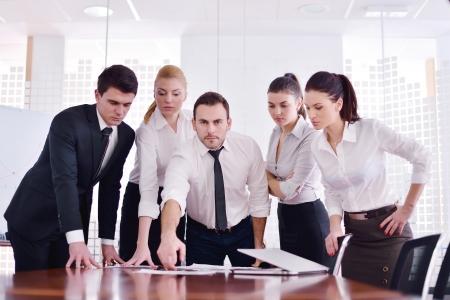Gruppe von glücklichen jungen Geschäftsfrau in einer Sitzung im Büro