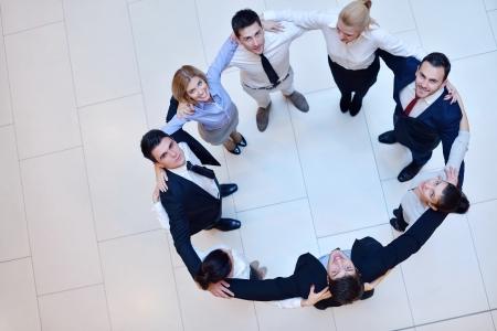 회사: 사업 사람들의 그룹 손을 합류하고 원 팀으로 유지하고 우정과 팀워크의 개념을 나타내는