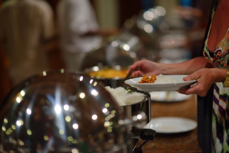 buffet: catering buffet eten binnen in een luxe restaurant met vlees kleurrijke groenten en fruit Stockfoto