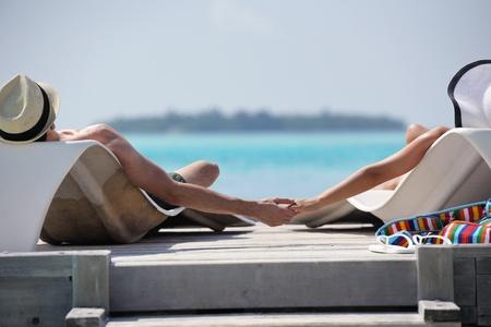 luna de miel: feliz pareja joven y rom�ntico en el amor divertirse corriendo y relajarse en la playa hermosa