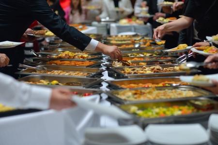 buffet food: grupo de personas catering comida tipo buffet en el restaurante de lujo interior con carne las frutas y verduras de colores Foto de archivo
