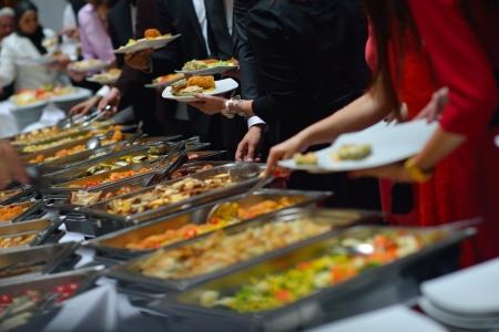 food and drink industry: persone Group Catering cibo a buffet al coperto in ristorante di lusso con carne frutta e verdura colorate
