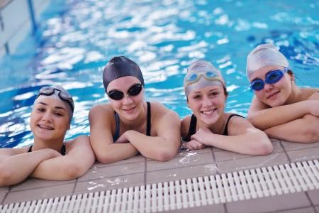 nuoto: felice gruppo di teenager in piscina classe piscina imparare a nuotare e divertirsi