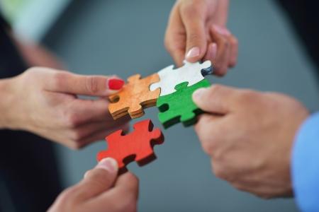 Grupo de hombres de negocios montaje rompecabezas y representan el apoyo del equipo y el concepto de ayuda Foto de archivo - 20098002