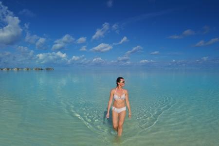 sexy young girls: Счастливый молодая женщина на летние каникулы на красивом тропическом пляже весело провести время и расслабиться Фото со стока