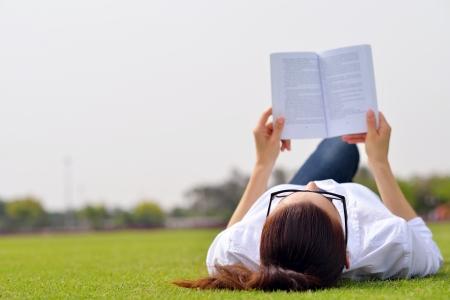 공원에서 책과 연구를 읽고 젊은 학생 여자