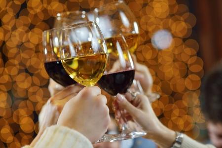 축하. 축배를 만드는 샴페인과 와인 잔을 손에 들고.