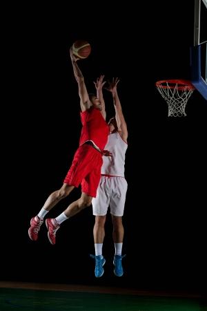 baloncesto: juego de baloncesto jugador del deporte en la acci�n aislada en el fondo negro