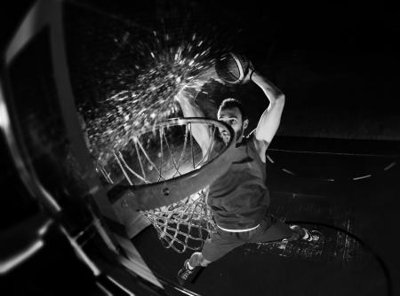 Juego de baloncesto jugador del deporte en la acción aislada en el fondo negro Foto de archivo - 21357352