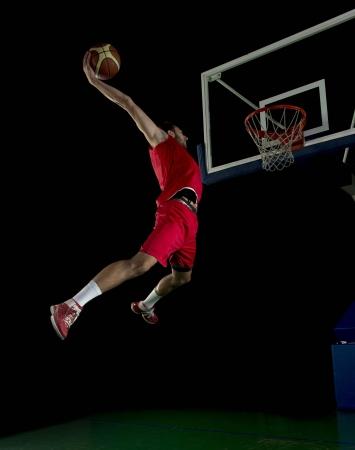 baloncesto: juego de baloncesto jugador del deporte en la acción aislada en el fondo negro