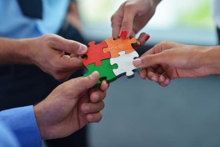 zusammenarbeit: Gruppe von Gesch?ftsleuten Montage Puzzle und repr?sentieren Team Unterst?tzung und Hilfe-Konzept