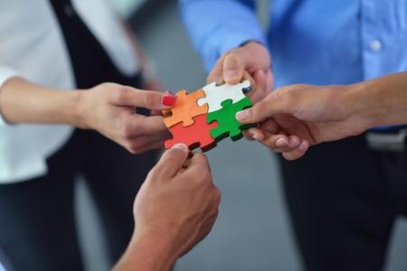 Grupo de hombres de negocios montaje rompecabezas y representan el apoyo del equipo y el concepto de ayuda Foto de archivo