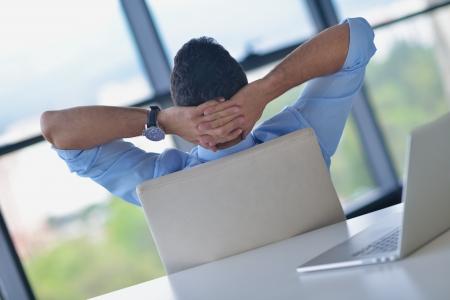 Gelukkig jonge zakenman werken in moderne kantoor op de computer