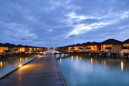 夏の休暇でモルディブ島の熱帯水ホーム ヴィラズ リゾート 写真素材 - 22245960