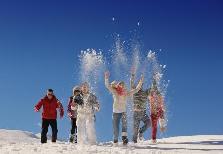 juventud: amigos felices Grupo divertirse en invierno en la nieve fresca, gente joven y sana en exterior Foto de archivo