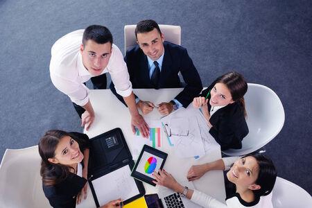 conferencia de negocios: Grupo de felices j�venes empresarios en una reuni�n en la oficina