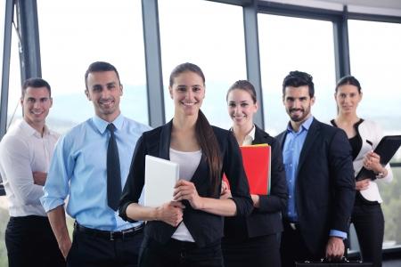 gente sentada: Grupo de felices j�venes empresarios en una reuni�n en la oficina