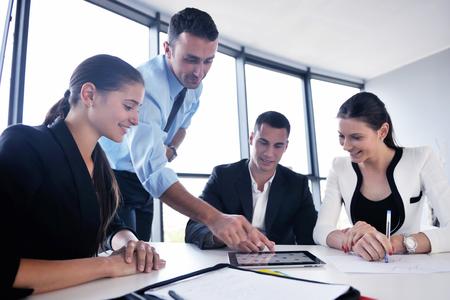utbildning: Grupp av glada unga företagare i ett möte på kontoret Stockfoto