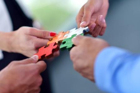 Grupo de hombres de negocios montaje rompecabezas y representan el apoyo del equipo y el concepto de ayuda Foto de archivo - 24001010