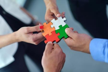 Grupo de hombres de negocios montaje rompecabezas y representan el apoyo del equipo y el concepto de ayuda Foto de archivo - 24292513