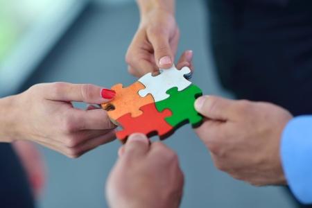 juntos: Grupo de empresários que montam quebra-cabeças e representam apoio da equipe e conceito de ajuda