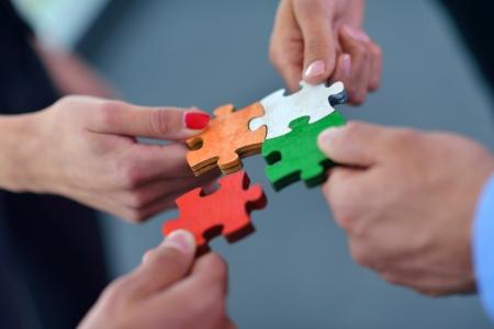 la gente de trabajo: Grupo de hombres de negocios montaje rompecabezas y representan el apoyo del equipo y el concepto de ayuda Foto de archivo