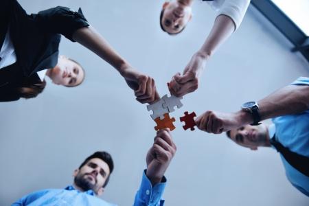 사업 사람들의 그룹은 직소 퍼즐을 조립 및 팀 지원과 도움의 개념을 나타냅니다 스톡 콘텐츠