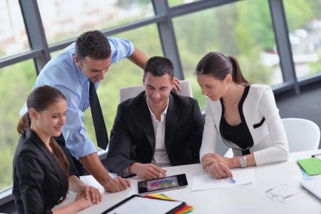 Gruppe von glücklichen jungen Geschäftsfrau in einer Sitzung im Büro Standard-Bild - 24611130