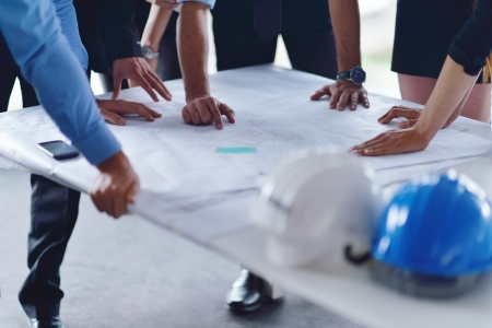건물 모델 및 청사진 계획보고 회의 및 건설 엔지니어 건축가와 노동자 밝은 현대 사무실에서 프리젠 테이션에 비즈니스 사람들이 그룹을