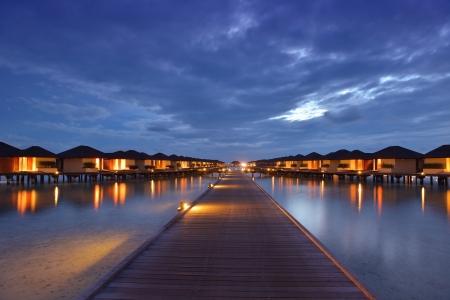 Tropischen Wasser nach Hause Villas Resort auf den Malediven Insel an den Sommerferien Standard-Bild - 24451755