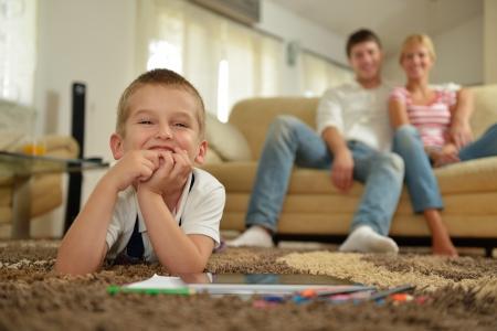 Heureux jeune famille avec des enfants en séjour lumineux moderne s'amuser et regarder la télévision grand écran plat LCD Banque d'images - 25075968