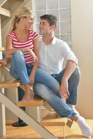 pareja viendo tv: Pareja joven relajado viendo la televisi�n en casa, en luminoso sal�n Foto de archivo