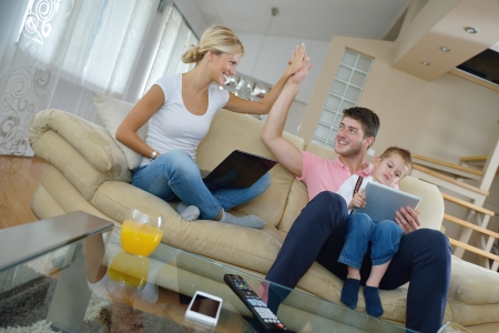 mutter und kind: gl�ckliche junge Familie mit Tablet-Computer am modernen Haus f�r Spiele und Bildung