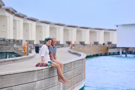 jovenes enamorados: feliz pareja joven y romántico en el amor divertirse corriendo y relajarse en la playa hermosa