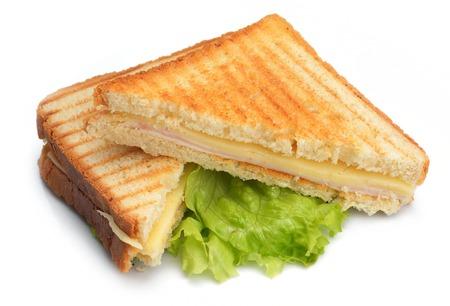 sándwich fresco de cerca con verduras y pescado de carne aisladas sobre fondo blanco