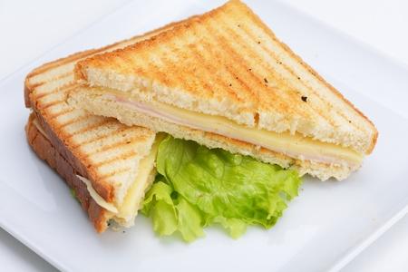 jamon y queso: sándwich fresco de cerca con verduras y pescado de carne aislado Foto de archivo